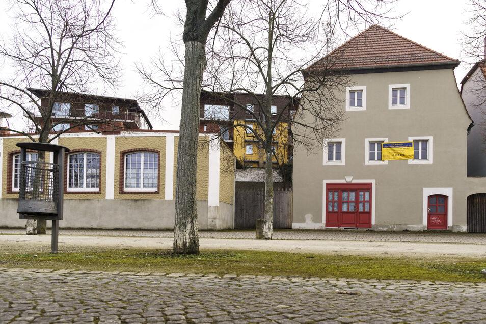 Das Haus mit den roten Türen an der Elbstraße steht zum Verkauf. Das Gebäude war einst eine Niederlage, ein Speichergebäude. Ein Umbau zur Salzgrotte vor einigen Jahren kam nicht zum Ende.