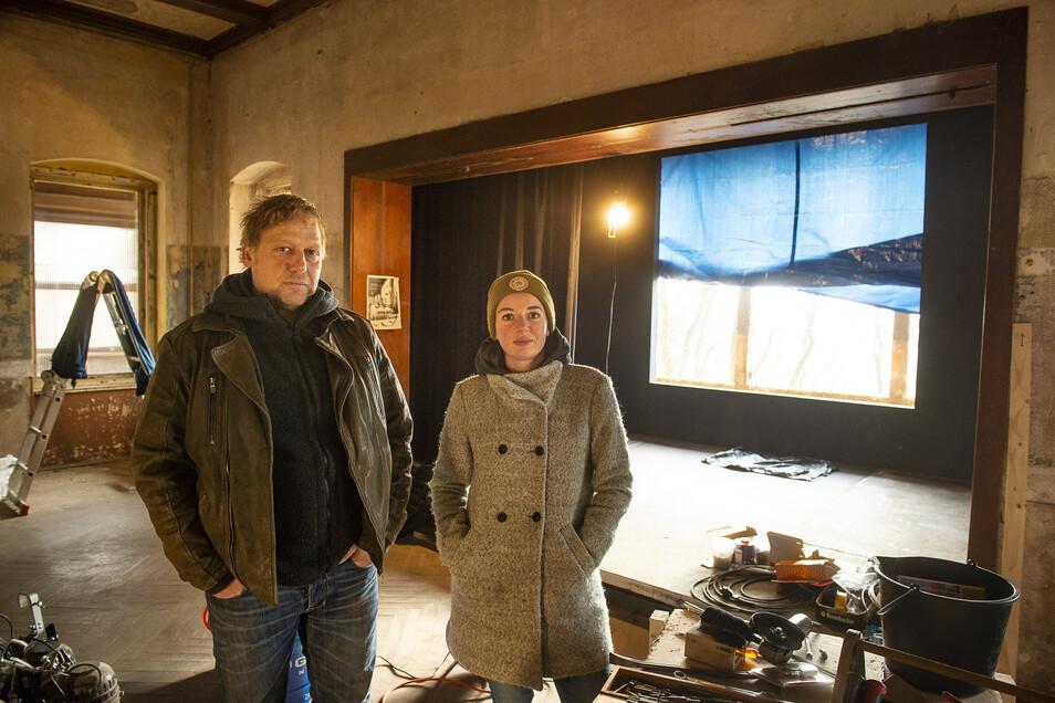 Inga Dreger aus Görlitz und Patrick Klasen vom Monbijou Theater aus Berlin bereiten das Weinberghaus für die Theateraufführungen am Wochenende vor.