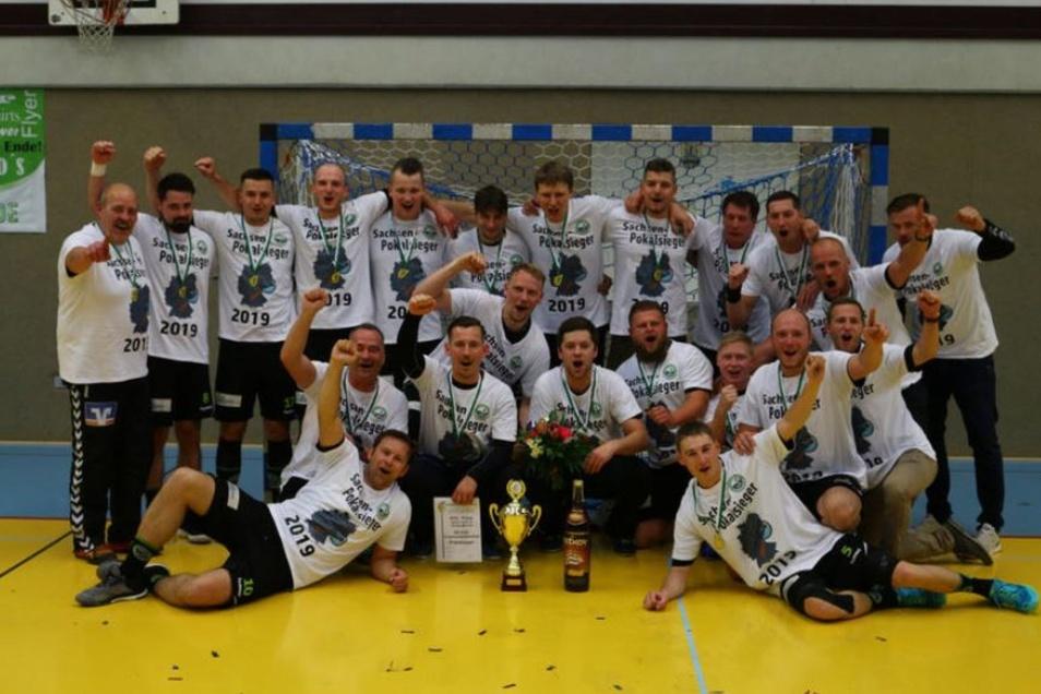Nach dem souveränen 30:22-Finalsieg über die dritte Vertretung der SG Leipzig präsentieren sich die Cunewalder Handballer hier mit dem Sachsenpokal – in extra angefertigten T-Shirts. Der Optimismus war offenbar schon vorher groß im Oberland.