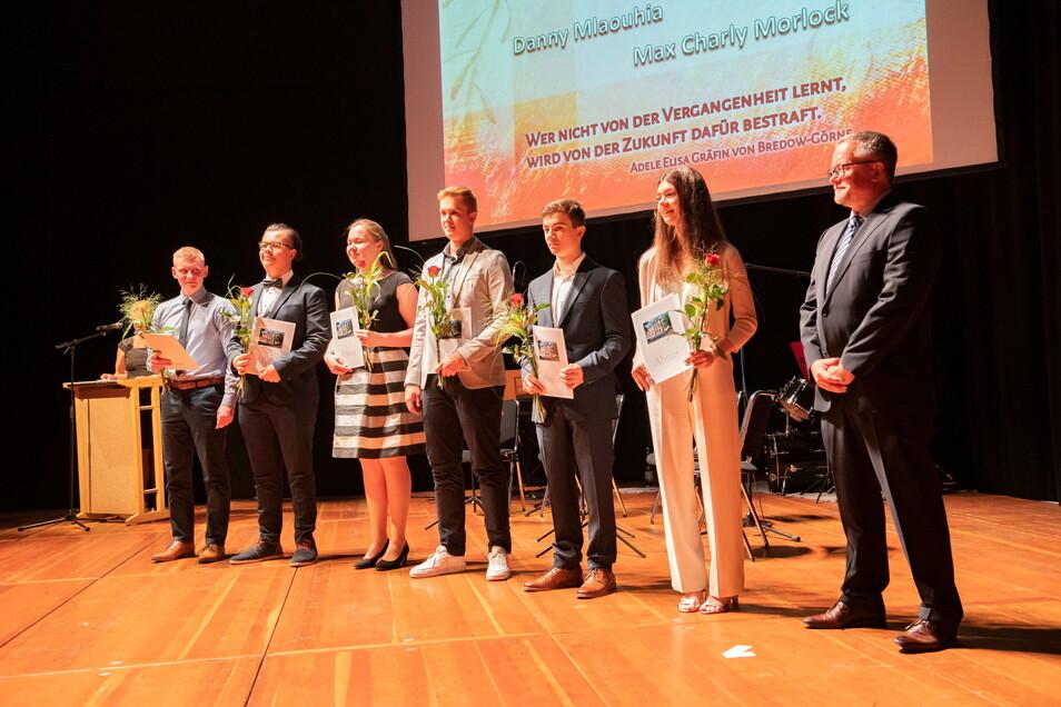 Schüler des Leistungskurses Geschichte von Tutor Wolfgang Maas (r.) erreichten einen Preis in einem Bundeswettbewerb.