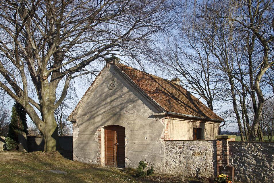 Die alte Leichenhalle in Ludwigsdorf ist keine wirkliche Halle, sondern ein Bauwerk von übersichtlicher Größe.