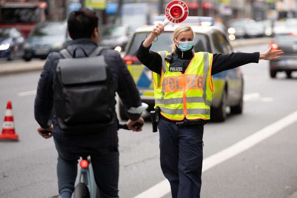 An einigen Kreuzungen in Bautzen waren am Montag die Ampeln abgeschaltet. Stattdessen regelte eine Polizistin den Verkehr.