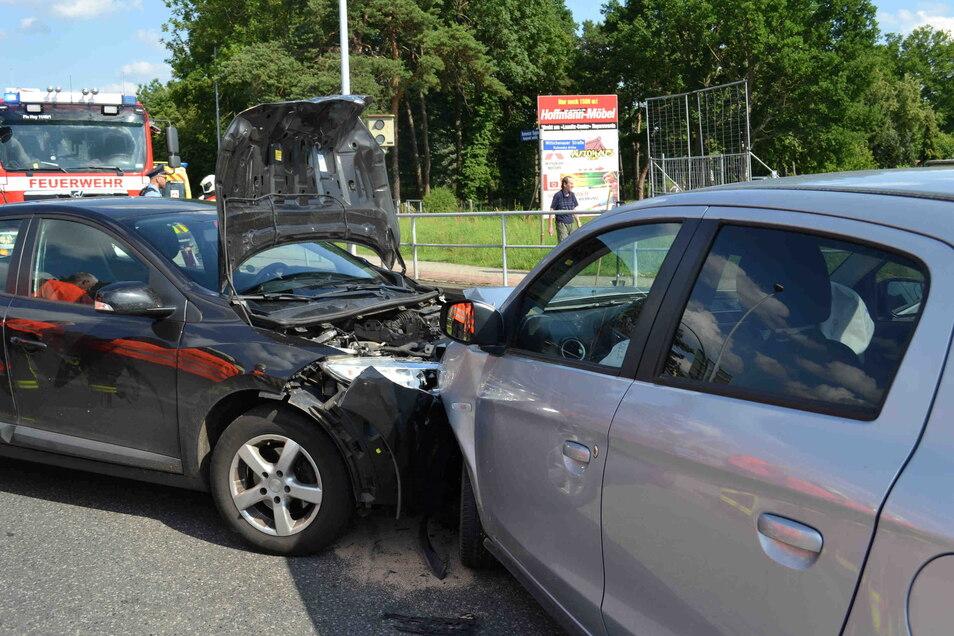 An der Kreuzung Kamenzer Bogen/Wittichenauer Straße in Hoyerswerda stießen am Sonnabend zwei Autos zusammen.