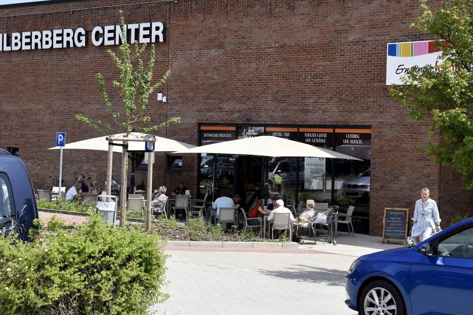 """Seit dem Umbau des Radeberger Silberberg-Centers können Besucher draußen sitzen. Vor der """"Ziegelwirtschaft"""" ist mittags kaum ein Platz zu bekommen."""