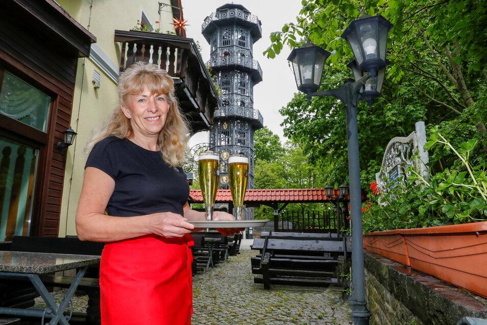 Ines Koch, die Wirtin der Turmgaststätte Löbauer Berg ist froh, dass jetzt wenigstens die Biergarten-Saison beginnen darf.