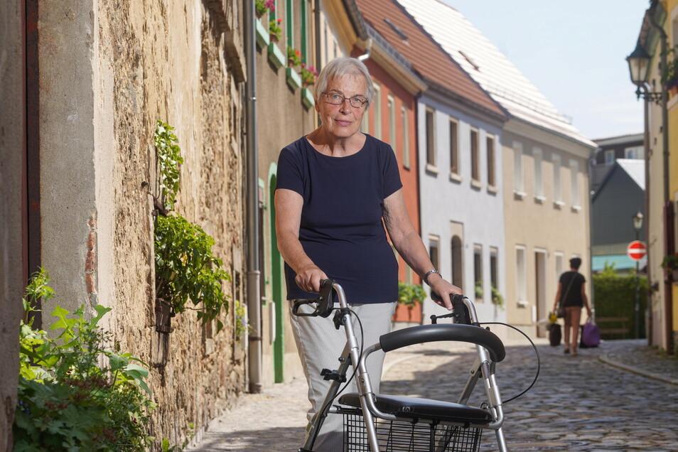 Agnes Kunert ist auf einen Rollator angewiesen und hat kein Auto. Deshalb fährt sie mit dem Zug zum Hautarzt nach Dresden, denn in Bischofswerda behandelt sie niemand. Die einzige Praxis nimmt keine Patienten mehr auf.