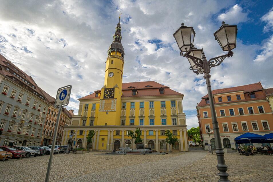 Die Arbeiten am Turm des Bautzener Rathauses sind beendet, das Gerüst wurde abgebaut.
