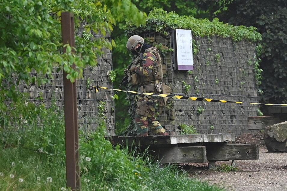 Ein mutmaßlich rechtsextremer Berufssoldat ist in Belgien weiter auf der Flucht.. Dutzende Einsatzkräfte durchsuchten den Nationalpark Hoge Kempen.
