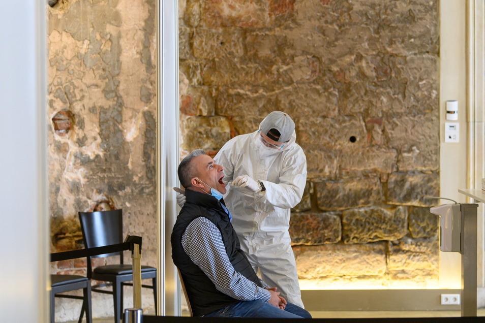 Gastronom Gerd Kastenmeier (l) lässt sich in Dresden im Corona-Testzentrum im Kurländer Palais testen. In dem Rokoko-Gebäude finden sonst Veranstaltungen statt.