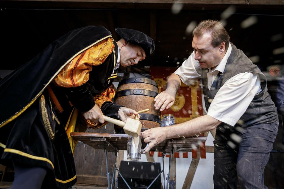 So kennen die Görlitzer den Braumeister der Landskron Brauerei: Matthias Grall beim Bieranstich zum Altstadtfest im vergangenen Jahr mit OB Octavian Ursu (li.)