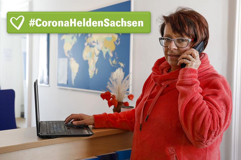 Ilka Geisler aus Herrnhut ist am Sorgentelefon. Von ihrem Platz im Kirchensaal koordiniert sie die nötige Hilfe.