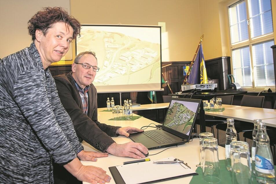 Uwe Kuhlmann, Geschäftsführer der Kasparetz-Kuhlmann GmbH, und Ingrid Schubert von der Stadtentwicklung der Stadt Pirna zeigen die IPO-Visualisierung.