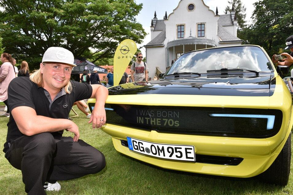Peter Junghanns zeigt den Opel Manta, der 1974 gebaut wurde und jetzt komplett neu mit aktueller Elektrotechnik ausgestattet wurde. Wo bei anderen Autos der Kühlergrill sitzt, hat der Elektro-Manta eine elektronische Anzeige und LED-Scheinwerfer.