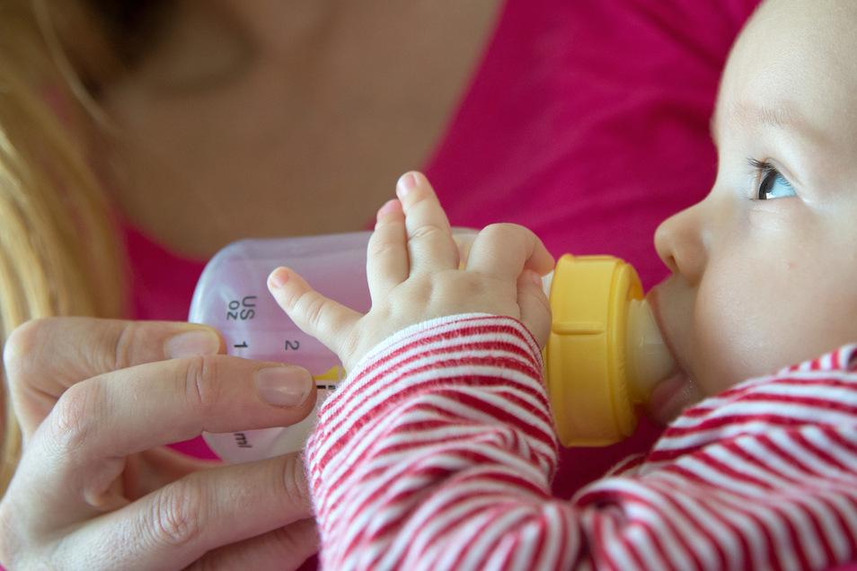 Im ersten Lebensjahr sollten Babys Kuhmilch nicht pur trinken. Die Zusammensetzung der Milch kann die Nierenfunktion belasten.