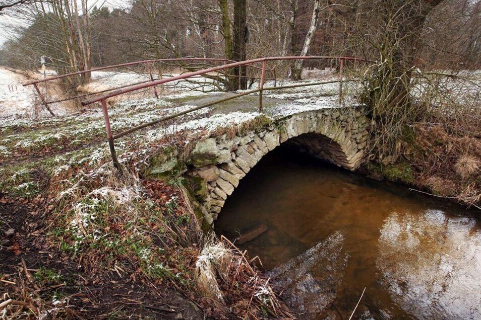 Die mit Feldsteinen gesetzte Gewölbebrücke über die Kleine Röder am Dammweg an der nördlichen Gemeindegrenze darf schon jetzt nicht mehr befahren werden. An dieser Stelle ist eine schlichte Betonüberquerung für 170000 Euro geplant.