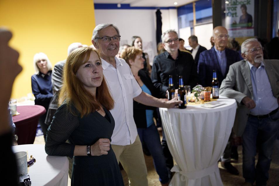 OB-Kandidatin Franziska Schubert beobachtet mit ihren Anhängern die Wahlergebnisse.