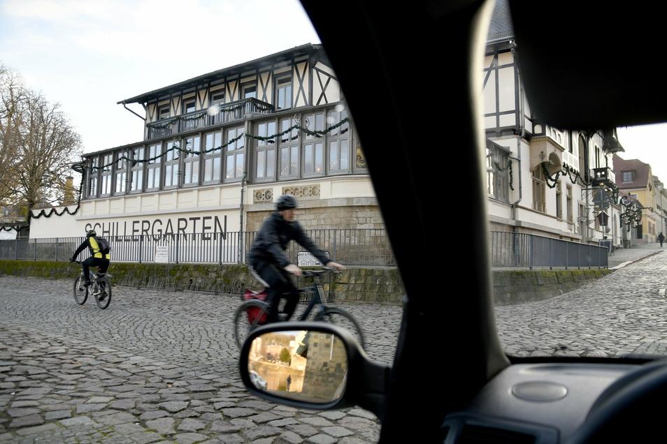 in Höhe des Schillergartens überqueren Autofahrer den Elberadweg, um am Elbufer zu parken. Radfahrer leben hier gefährlich.