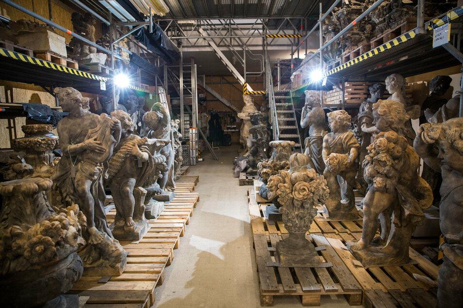 Diese Figuren vom Französischen Pavillon sind bereits weitgehend restauriert. Auf sie wird eine schützende Silikonharzlasur aufgetragen.