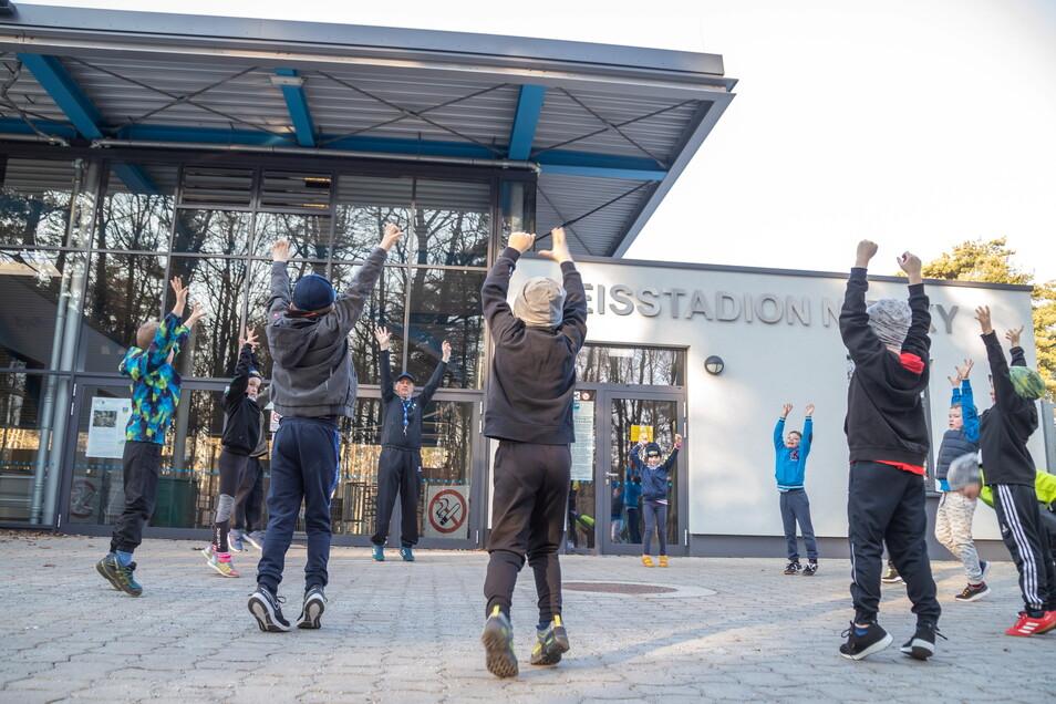 Das erste Training des ELV-Nachwuchses seit November fand vergangene Woche mit Trainer Jens Schwabe vor dem Eisstadion statt.