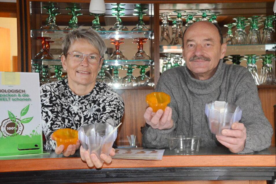 Eisbecher aus Maisstärke: Die orangefarbenen Becher sind kompostierbar, die hellen Becher können Kunden wieder zurückbringen. Michaela und Hartmut Kuhn wollen weniger Abfall produzieren.