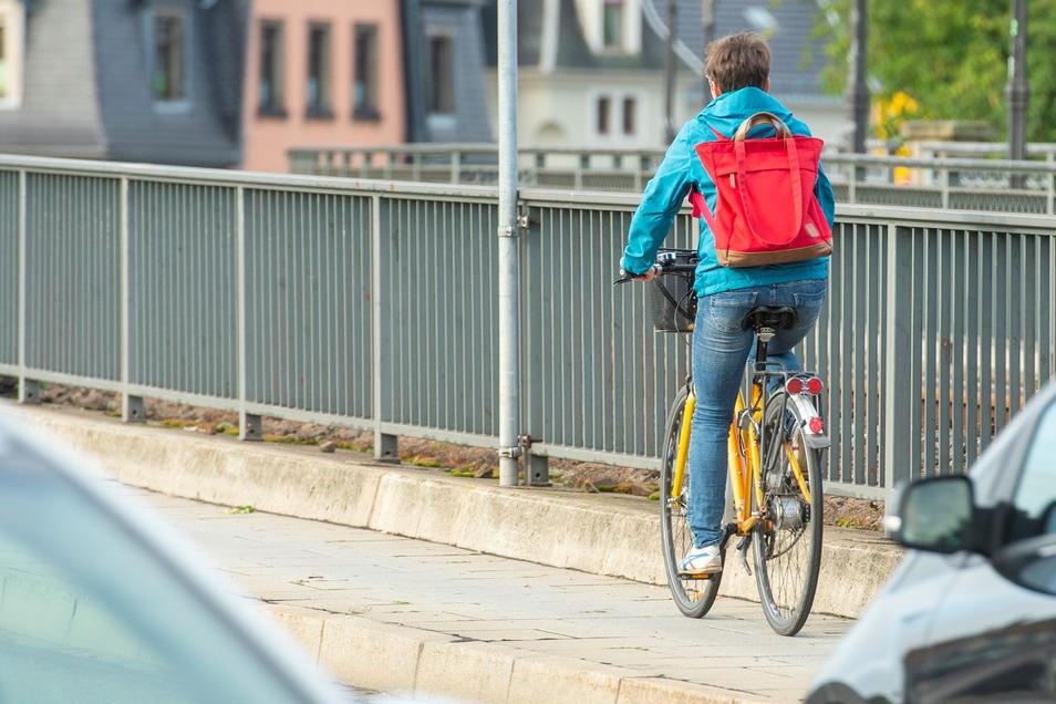 Der Radweg über die Stadtbrücke in Pirna aus Copitz in Richtung Altstadt ist schmal und hat einen hohen Bordstein. Das kritisieren zahlreiche Radfahrer.