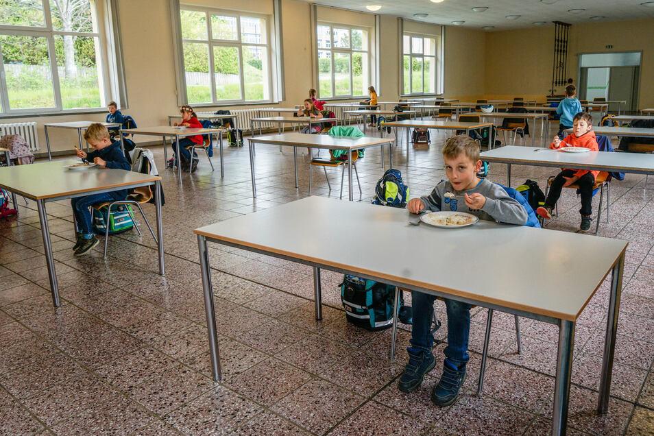Abstand halten heißt es auch im Speisesaal des Wilthener Schulzentrums. Die Tische wurden auseinander gerückt, und es gibt pro Tisch nur einen Stuhl, so dass zwischen den Schülern große Abstände herrschen.