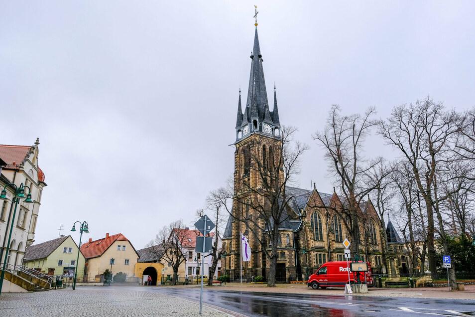 Blick auf die Kirche und das Ortszentrum in Weinböhla. Wegen eines Corona-Ausbruchs musste ein Gastronomiebetrieb in der Großgemeinde geschlossen werden..