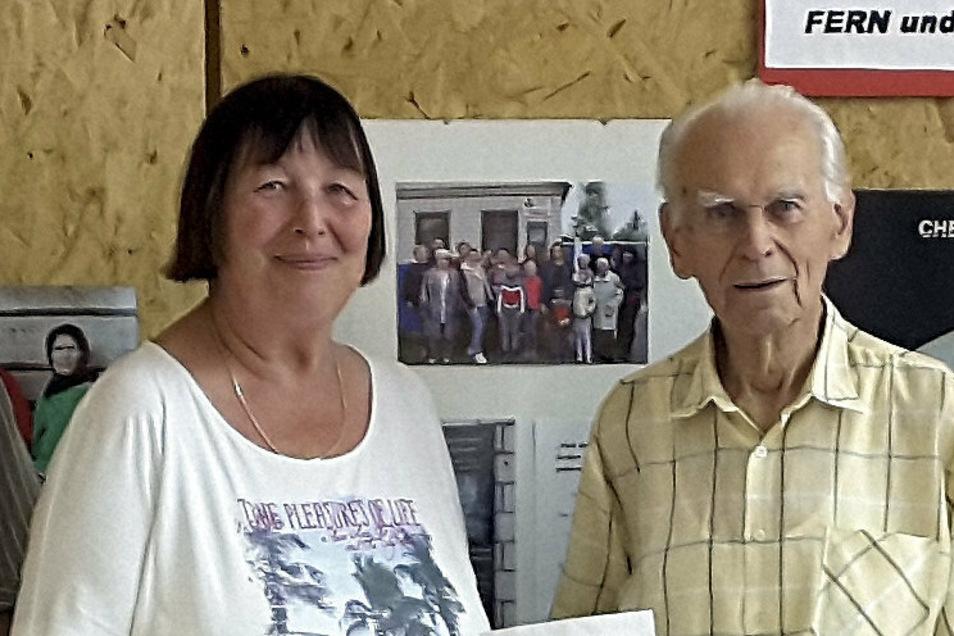 Der Kamenzer Werner Geißler feierte jetzt seinen 100. Geburtstag und bat die Gäste aus diesem Anlass um Spenden für den Kamenzer Tschernobyl-Verein. Das Geld übergab er der Vorsitzenden Gerswit Abt.