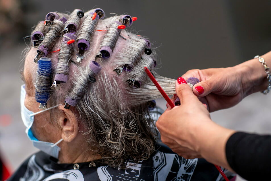 Nach zehn umsatzlosen Wochen atmen viele Friseure auf: Sie dürfen ab Montag ihre Salons wieder öffnen. Mit Hygienekonzepten und einem ausgeweiteten Angebot bereiten sich die Betriebe auf den Ansturm vor.