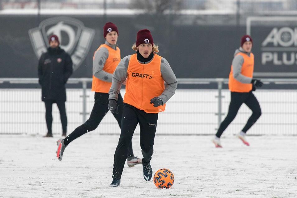 Weißer Platz, roter Ball, große Spielfreude. Dynamo trainiert wieder. Und Marvin Stefaniak bereitet das erste Tor des neuen Jahres vor.