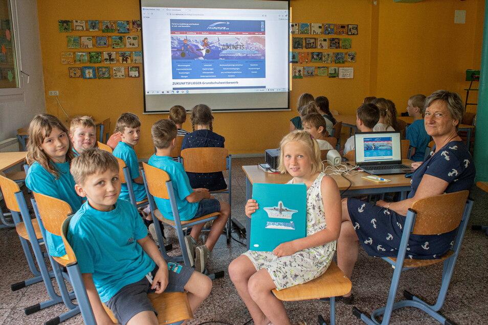 Kleine Raumfahrer: Die zweite Klasse der Grundschule Haselbachtal gewann jetzt einen Preis bei einem Raumfahrtprojekt. Zusammen mit ihrer Lehrerin Ricarda Müller (r.) verfolgten sie die Preisverleihung online.