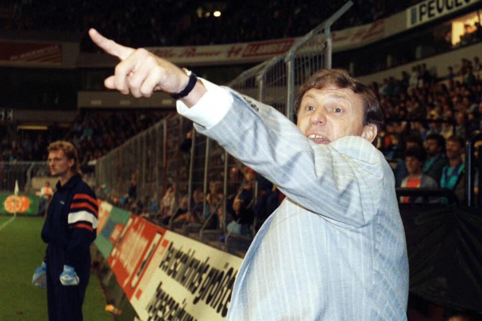 Im September 1989 übernahm Eduard Geyer die Nationalmannschaft der DDR, die er zunächst parallel zu Dynamo betreute. Er brachte die Auswahl in der Qualifikation für die WM 1990 in eine aussichtsreiche Position. Doch vor dem entschieden Spiel gegen Österre