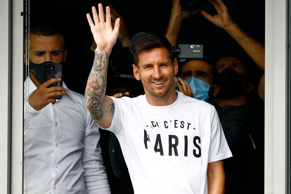 Lionel Messi ist in Paris gelandet und winkt den Fans am Flughafen Le Bourget zu. Der sechsmalige Weltfußballer und Paris Saint-Germain haben sich auf zweijähriges Engagement geeinigt.