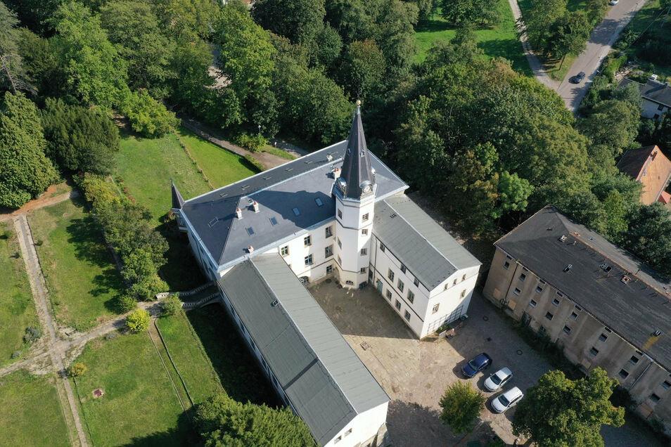 Das Schloss Nöthnitz in Bannewitz . Der Turm ist außen fertig saniert.