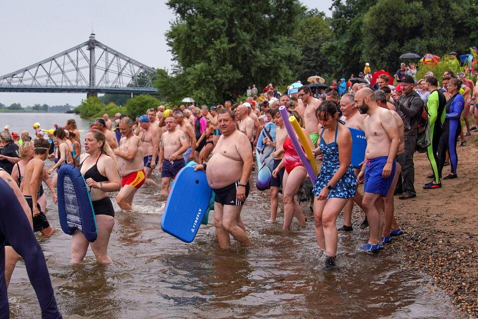 Gegen 10 Uhr waren die Teilnehmer ins Wasser gestiegen.