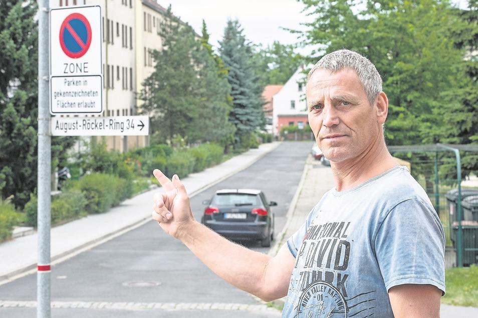 Steffen Lohse kann sich mit der neuen Parkregelung am August-Röckel-Ring nicht anfreunden.