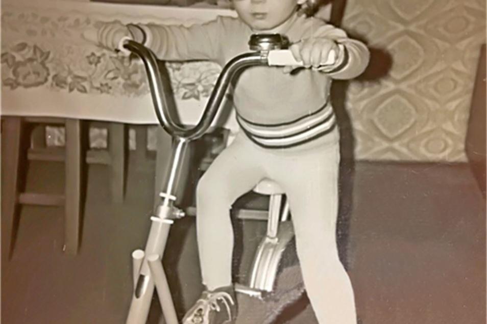Ein Bild aus glücklichen Kindertagen: Ronny fühlte sich bei seinen Adoptiveltern wohl.