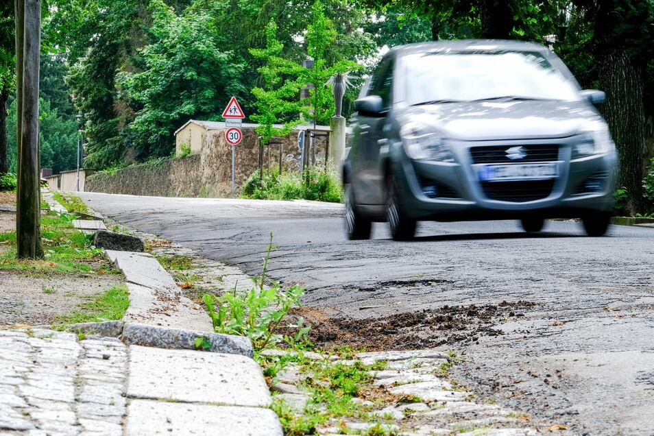 Sowohl die Fahrbahn als auch die Fußwege befinden sich auf dem Augustusweg zwischen Eduard-Bilz-Straße und Bennostraße in einem baulich schlechten Zustand