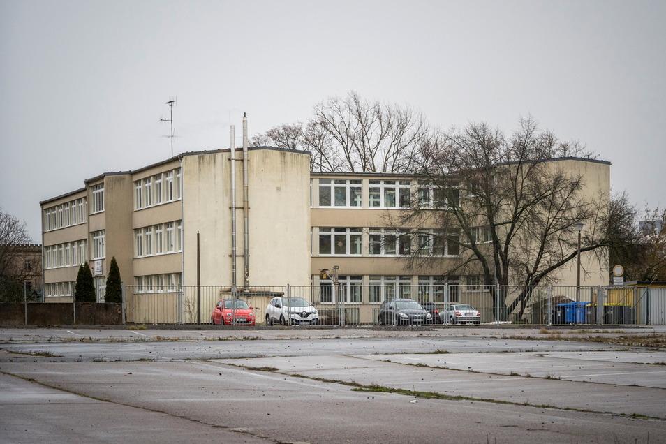 Bislang sieht das Schulgebäude zwischen Widmann-Brache und Schillerstraße noch aus, wie eine typische DDR-Schule.
