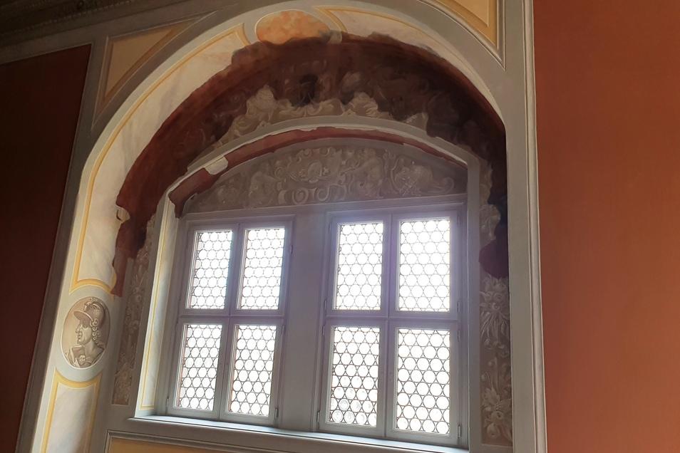 Dieses und andere einst zugemauerte Fenster an der Elbseite des Langen Ganges wurden wieder eingebaut. Dort sind auch noch alte, dunkle Renassance-Malereien zu sehen.