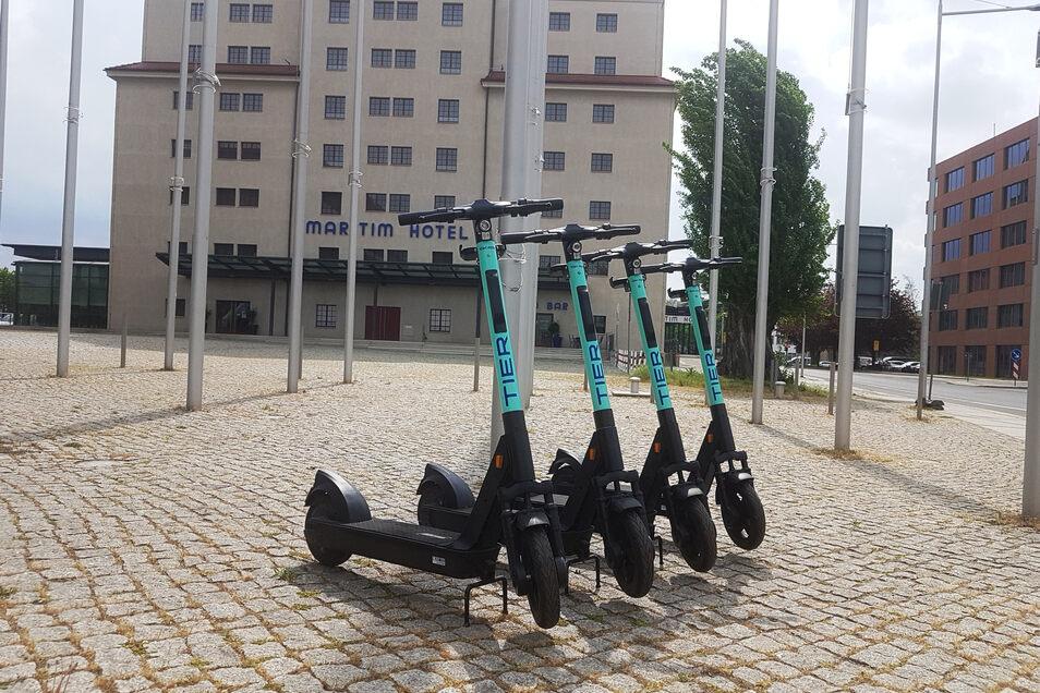 Am Maritim-Hotel entdeckt: Die Firma Tier hat wieder E-Roller in der Stadt aufgestellt.