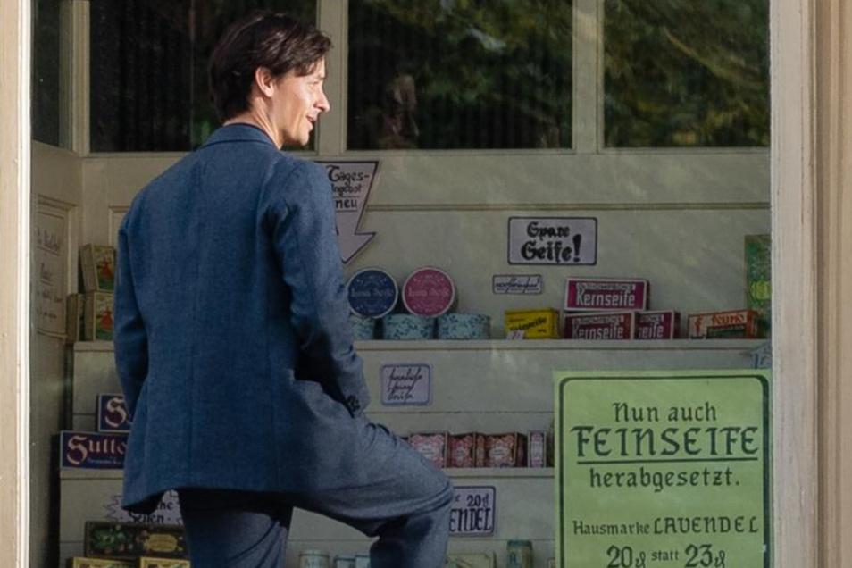 """Gegen Mittag tritt Tom Schilling aus dem Geschäft mit dem Namen """"Fabians feine Seifen"""". Im Film spielt er die Hauptrolle: Fabian."""