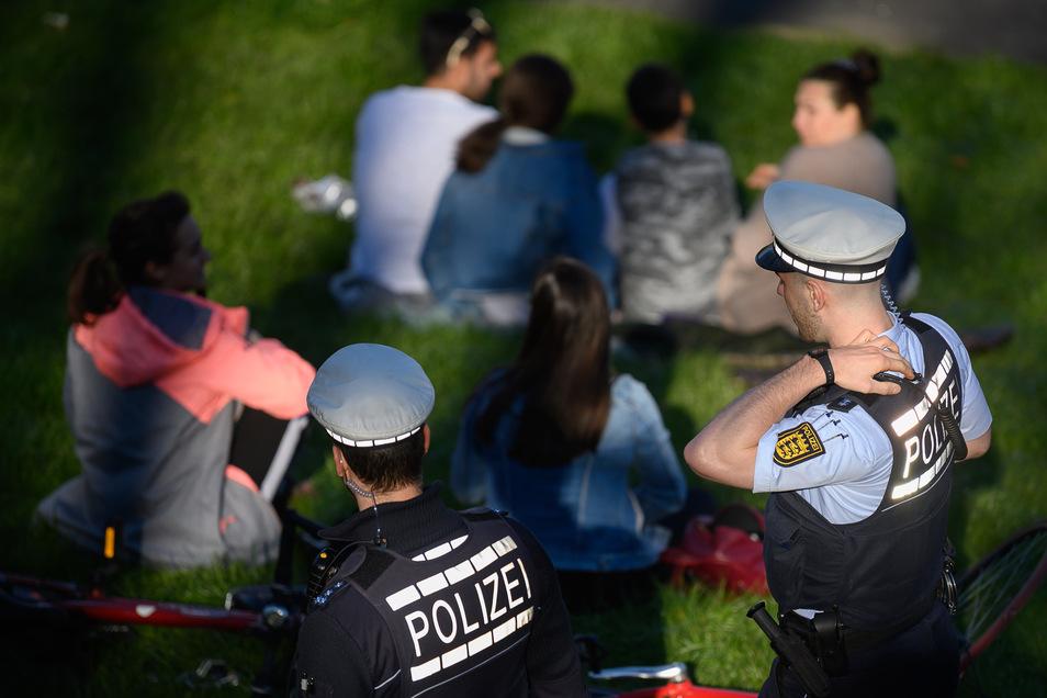 Die Polizei ist dankbar über Hinweise auf Verstöße gegen die Corona-Verordnung. Es sollte aber nicht in Denunziantentum ausarten, sagt die Polizei.