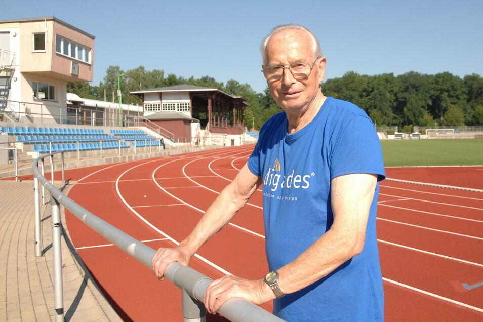 Rudolf Bühler in seinem zweiten Wohnzimmer - dem Weinauparkstadion in Zittau.