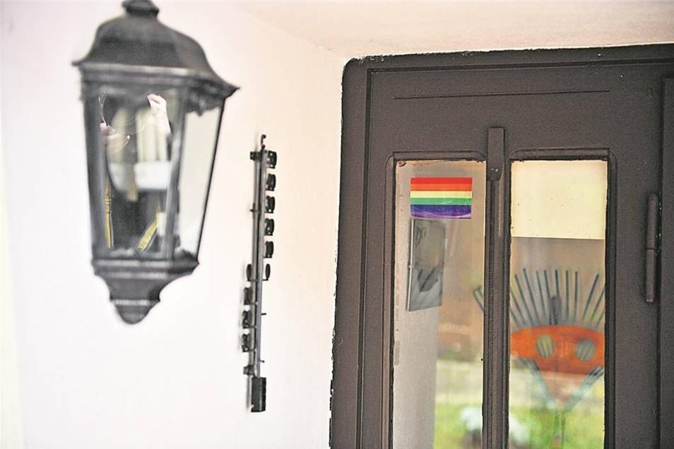 Dezenter Hinweis für Eingeweihte: Das Bild mit den Regenbogenfarben an der Haustür ist Symbol der Schwulen- und Lesbenbewe- gung. Fotos: kairospress