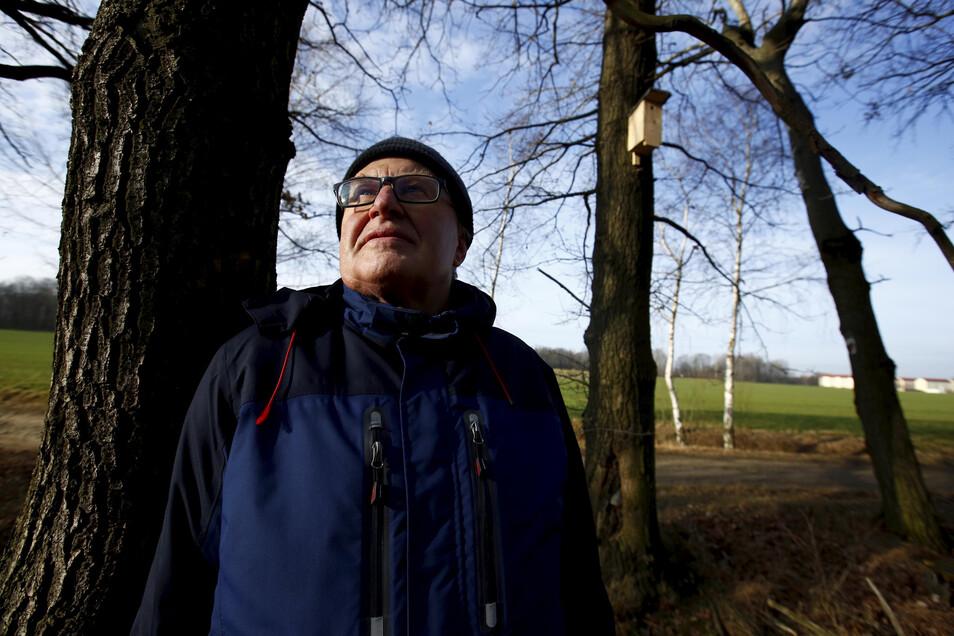 Rentner Georg Müller (66) aus Jesau geht täglich in den Kamenzer Forst. Dort kümmert er sich um die Wildvögel und 150 selbst aufgehangene Nistkästen. Es gab schon Zerstörungen. Das ärgert ihn sehr. Für Hilfe wäre er dankbar.