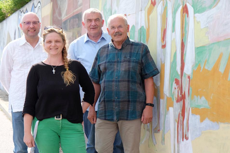 Wollen die Mauern in den Köpfen überwinden: André Langerfeld (links), Brit Reimann-Bernhardt und Bernhard Kroemer sowie Dieter Wamser (rechts) treten als Direktkandidaten der Freien Wähler im Landkreis Meißen an.