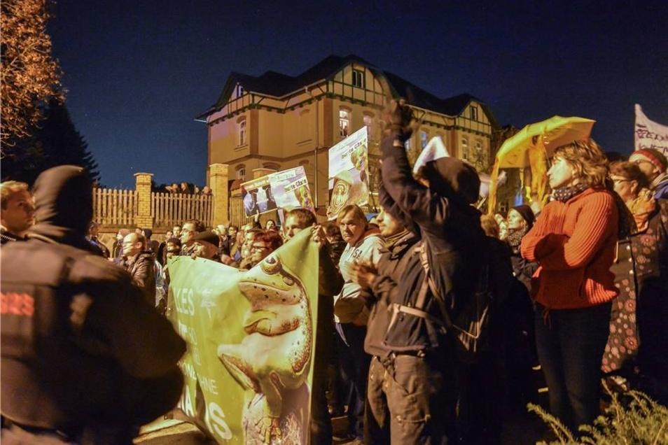Mehrere Hundert Menschen haben am Sonnabend in Bautzen lautstark und weitgehend friedlich gegen einen Aufmarsch der NPD protestiert.
