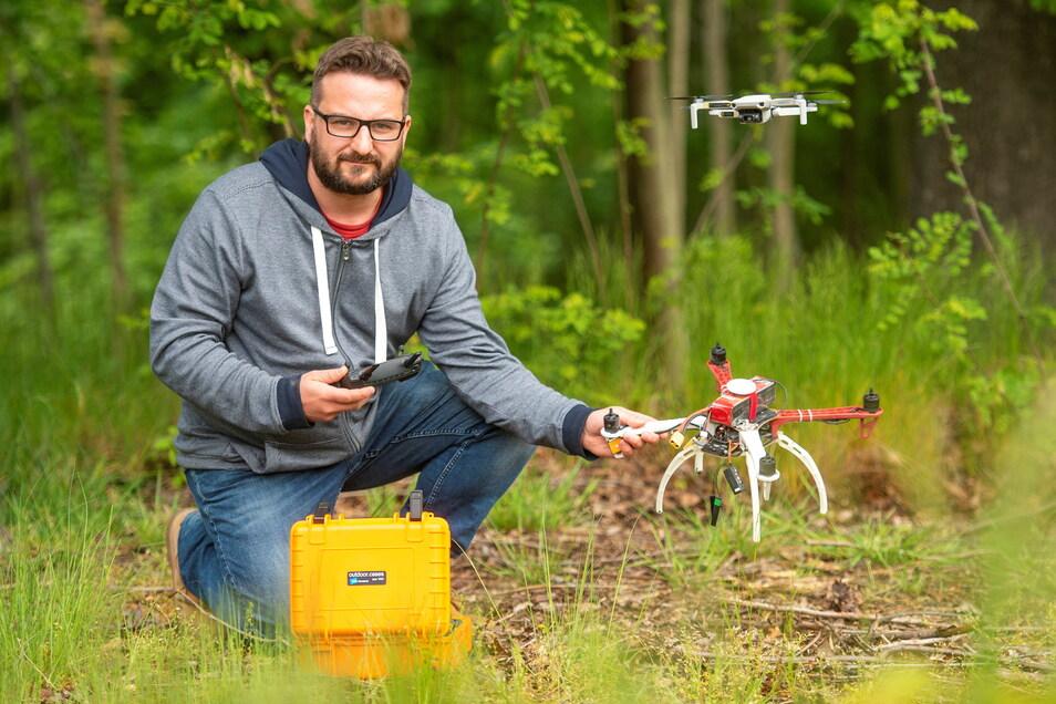 Diplomingenieur Robert Richter aus Großenhain mit einer Drohne für innovative Waldbewirtschaftung. Auch ein Harvester-Navi entwickelt der TU-Mitarbeiter.