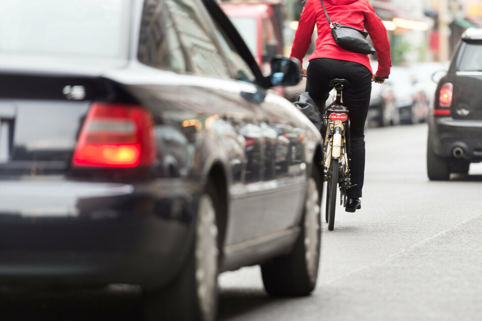 Wenn Autos einen Radfahrer überholen wollen, müssen sie jetzt einen festgelegten Sicherheitsabstand einhalten.